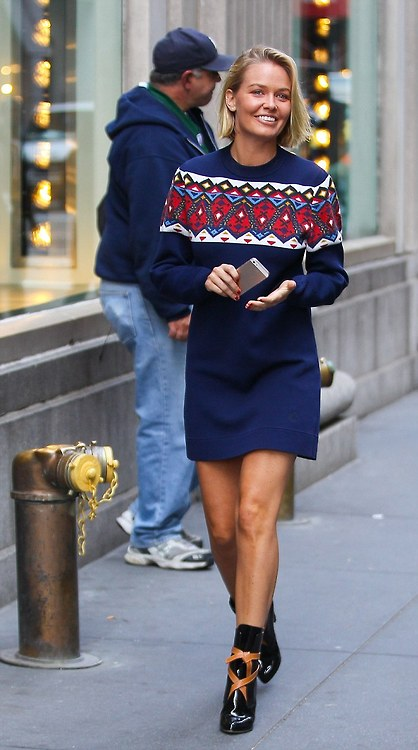 Lara Bingle is a happy New York Shopper